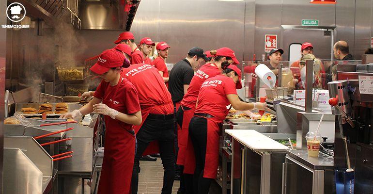 cocina Five Guys Gran Via Madrid Hamburgueseria Tenemosqueir