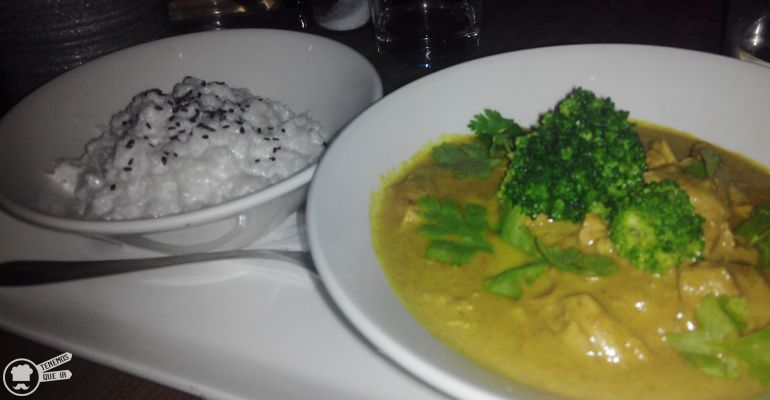 A Restaurante Lamucca Tenemosqueir Madrid Pollo al Curry Thailandes